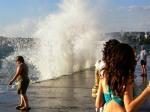волны на приморском бульваре в Севастополе